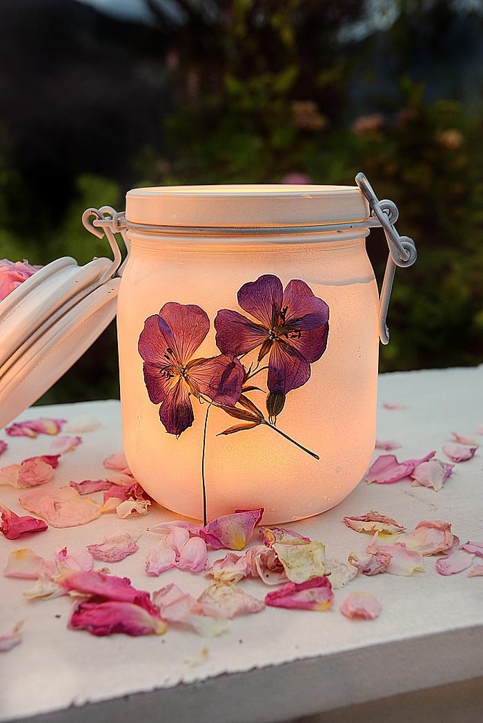 Windlichter aus Einmachgläsern und gepressten Blumen selber machen.