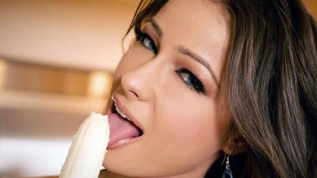 Menikmati Pisang. Wanita makan Pisang.