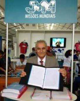 Pastor muestra la Biblia que escribió a mano