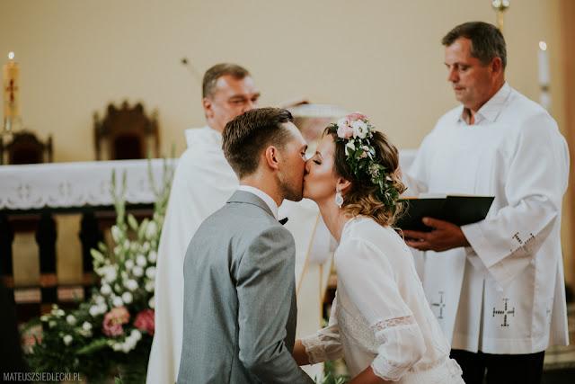 Pierwszy pocałunek współmałżonków.