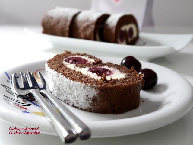 Biszkoptowa, czekoladowa rolada amaretto z wiśniami - Czytaj więcej »
