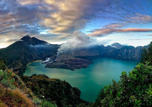 Panorama dari Plawangan Senaru Taman Nasional Gunung Rinjani