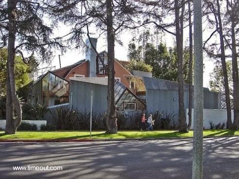 Vista exterior de la Casa Gehry en Santa Mónica, California