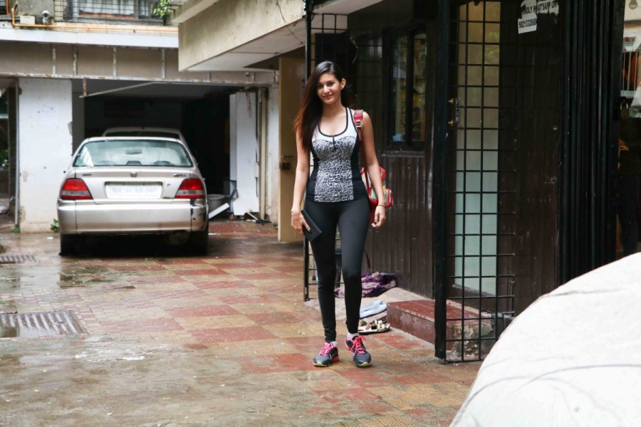 Bollywood Actress Amyra Dastur Spotted at Bandra