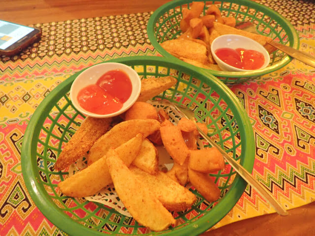 sosis goreng, potato wedges