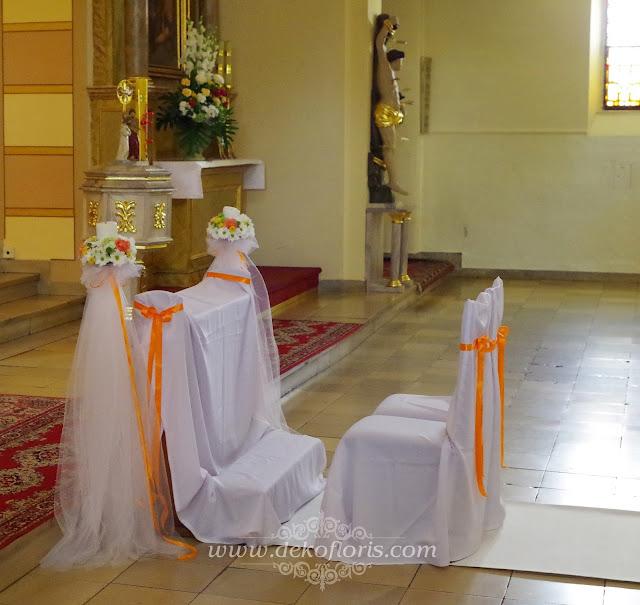 Pomarańczowa i kolorowa dekoracja ślubna kościoła Dobrzeń