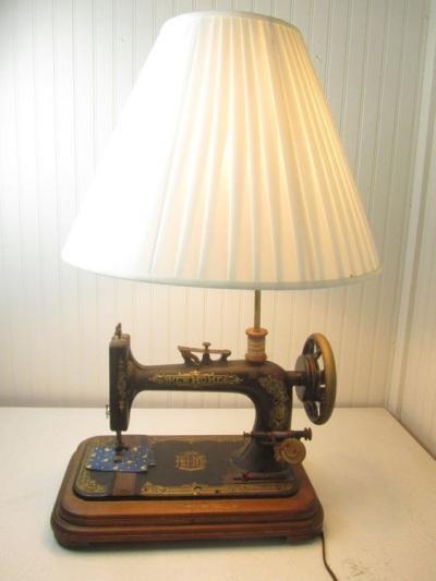 Lampu meja yang terbuat dari mesin jahit vintage