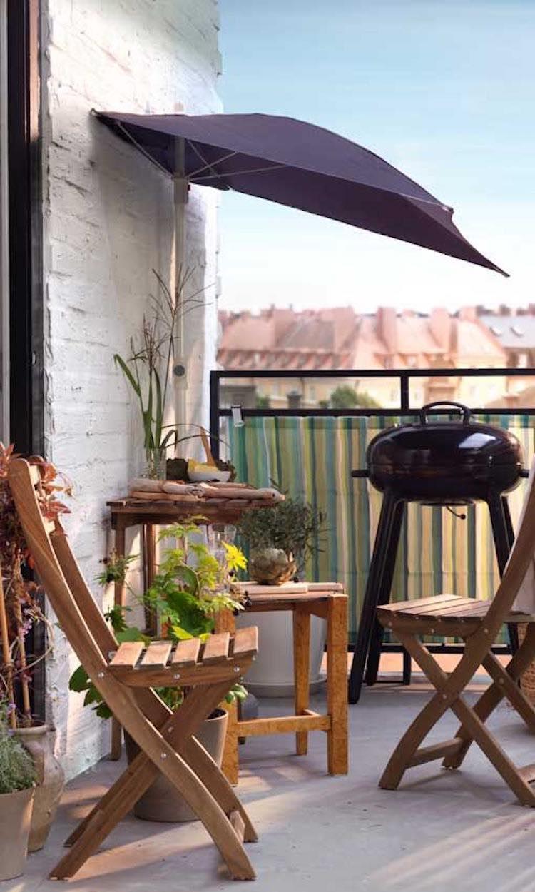 balcón a la sombra con sombrillas