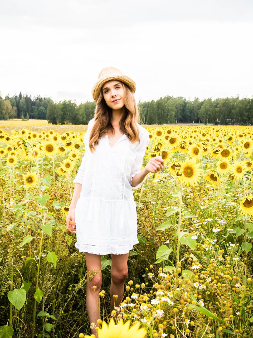 fashion-blogger-sunflower-field-photography-2019-trends-muoti-muotiblogi-auringonkukat-kesämuoti-trendit-pyöräilyshortsit