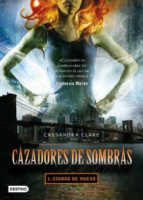 Cazadores de sombras: Ciudad de Hueso. Portada del libro de Cassandra Clare con una frase de Stephenie Meyer