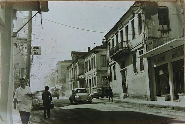 """ΓΙΑΝΝΕΝΑ – Φωτό από τη δεκαετία του 60 με το καφέ """"ΠΑΣ Γιάννινα"""" στο αδιέξοδο της οδού Χαριλ. Τρικούπη"""