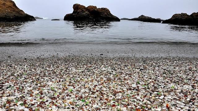 uniknya pecahan-pecahan kaca halus yang bertaburan di pantai Glass Beach