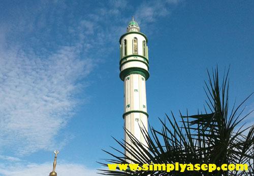 MEGAH :  Salah satu menara Masjid Raya Mujahidin Pontianak yang menjuang tinggi. Di menara ini tempat Radio Mujahidin FM Berkumandang. Foto Asep Haryono
