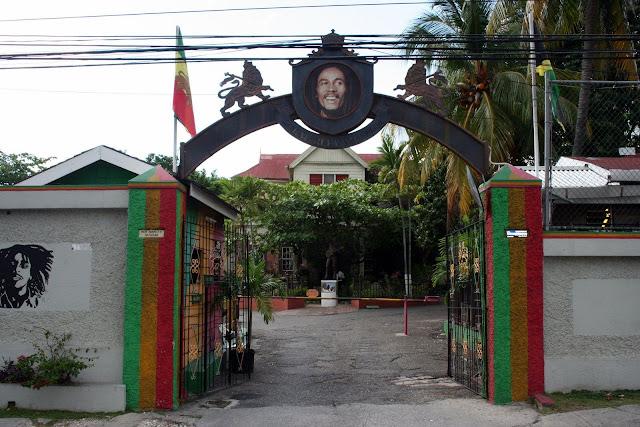 Accueil du Musée avec le portait de  Bob Marley et le drapeau rastafari du lion Judah