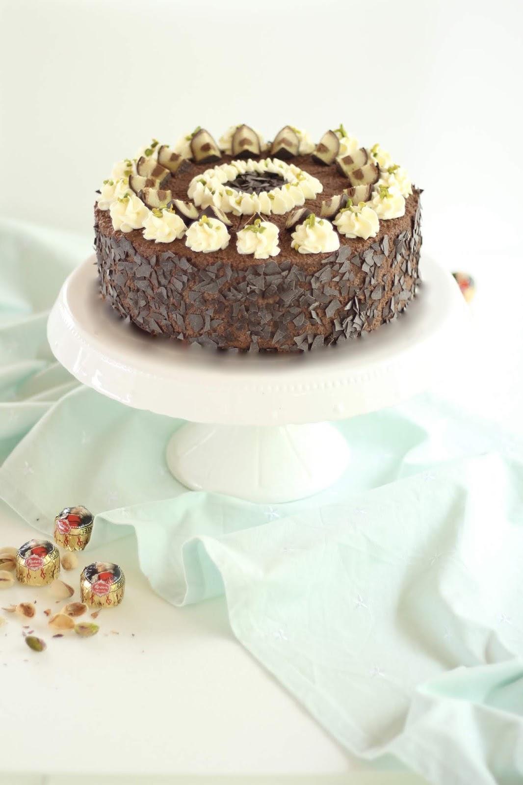 Köstliche Mozarttorte mit Schokolade, Nougat, Pistaziensahne und Mozartkugeln - Rezept und Video