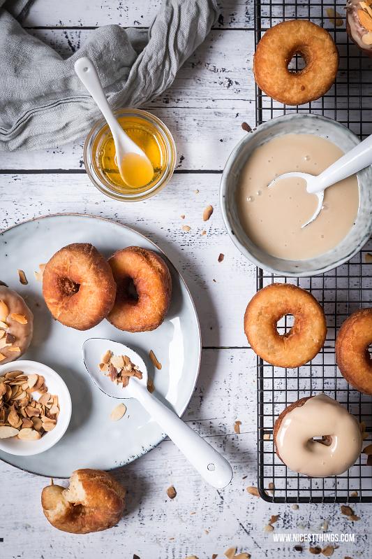 Honig Donuts mit Honigglasur und gerösteten Mandeln Rezept