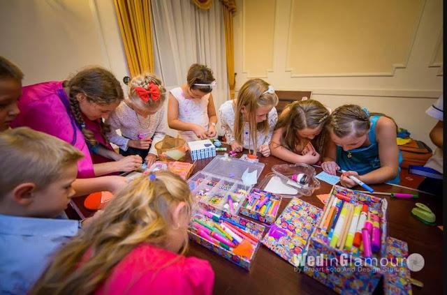 Twórcza zabawa dla dzieci na weselu prowadzona przez animatorki z Wytwórni Przyjęć.