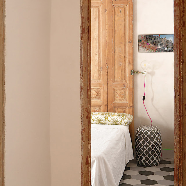 a house in Madrid, bedside decoration