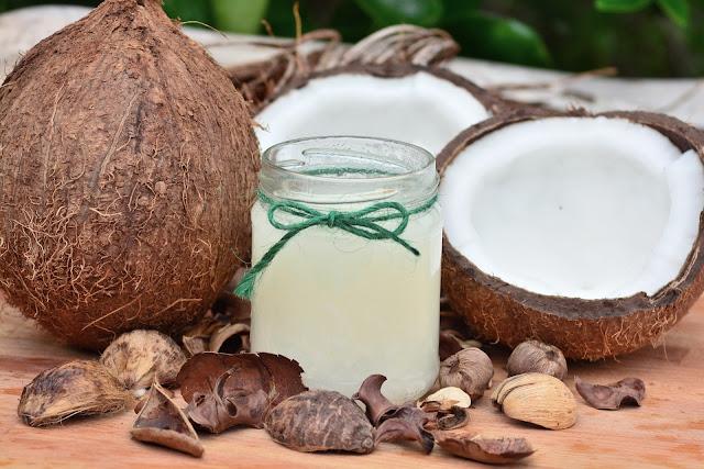 Acqua di cocco con noce di cocco