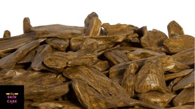 عود البخور يتربع على عرش المواد العطرية الطبيعية