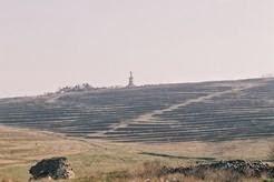 Monumentul văzut de la marginea ruinelor de la Tropaeum Traiani, aşezarea romaă, romano-bizantină din vale.