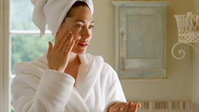 women-applying-face-cream طرق فعالة  للعناية بالبشرة الجافة
