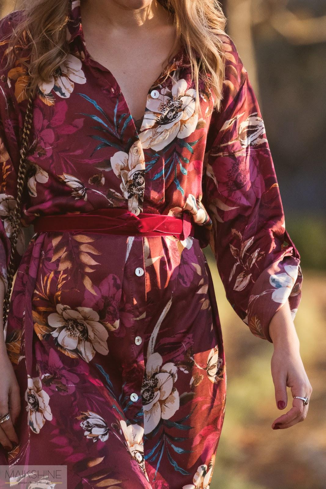 Outfit con vestido satinado de flores