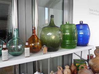 Danajuanas y diversos objetos de vidrio en la feria de antiguedades de Logroño