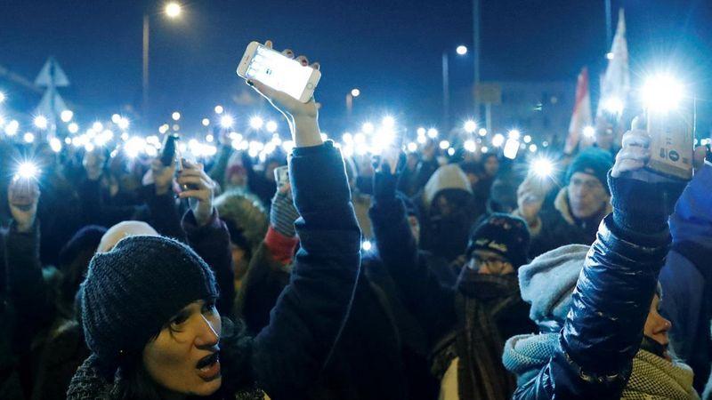 Deputados expulsos da televisão pública húngara por reivindicações de leis