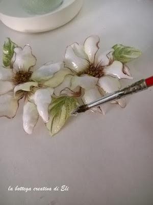 effetto-ghiaccio-sui-fiori-e-foglie-nel-sospeso-trasparente