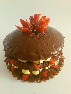 Chiffon cake relleno de nata y fresas y cubierto de chocolate.