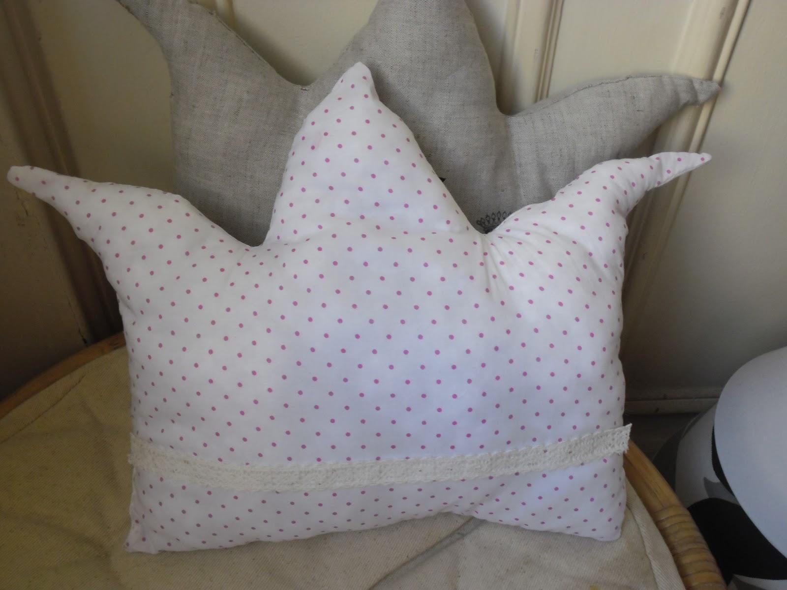 l 39 atelier des couleurs du temps petit coussin forme couronne tissu blanc pois rose fuchsia. Black Bedroom Furniture Sets. Home Design Ideas