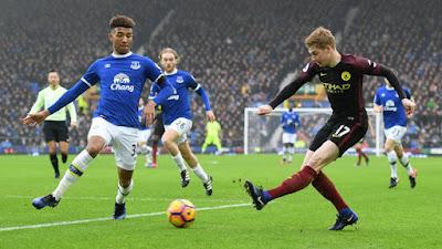 Jogadores disputam bola em partida dominada pelo Everton