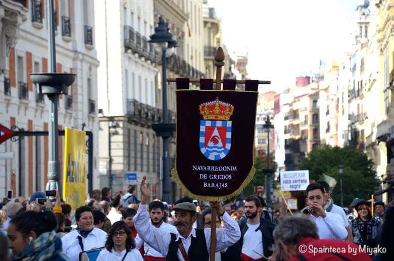 Fiesta de la Trashumancia Madrid  陽気に手を振りながら行進する民族グループ