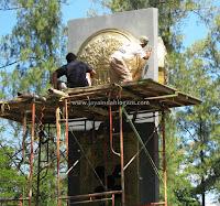 pusat kerajinan teembaga dan kuningan - Foto proses pengerjaan pembuatan kerajinan logam tembaga dan kuningan oleh Jaya Indah Logam Art Gallery