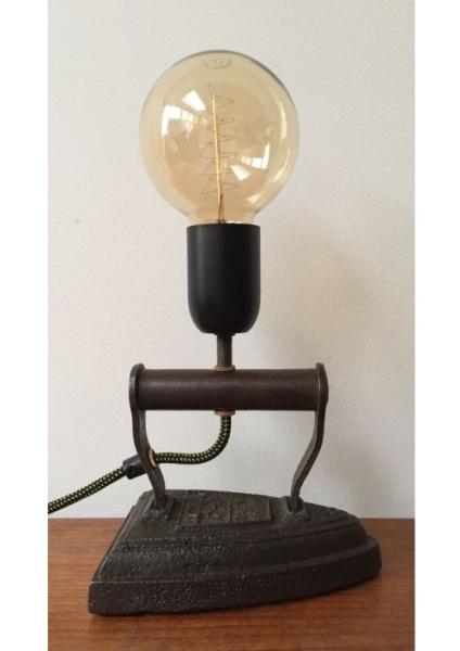 Lampu meja yang terbuat dari setrika antik