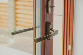 Дверь из дерева параллельно-сдвижная