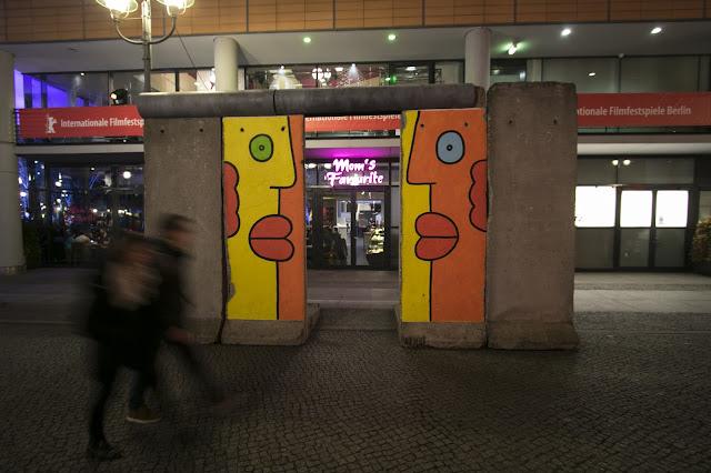 Pezzo di muro di Berlino con murales