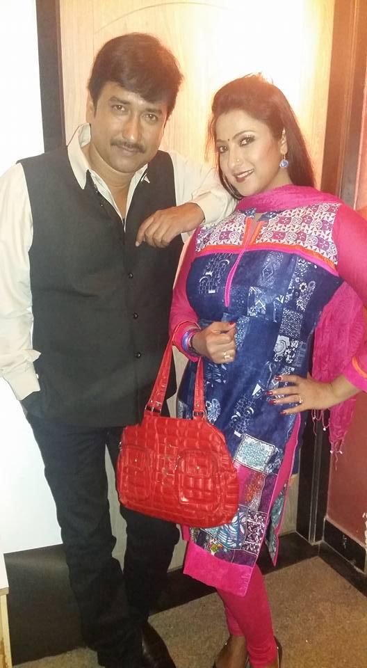 Bhojpuri hot Actress Sweety Chhabra HD wallpaper, Sweety Chhabra beautiful photo in Blue Saree With Khesari Lal Yadav