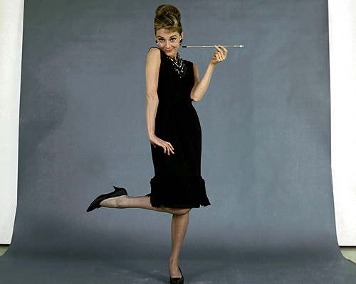 af1638fa408 Outro famoso LBD usado no filme. Detalhe da piteira como acessório. O  cigarro aparece em quase todas as cenas do filme.