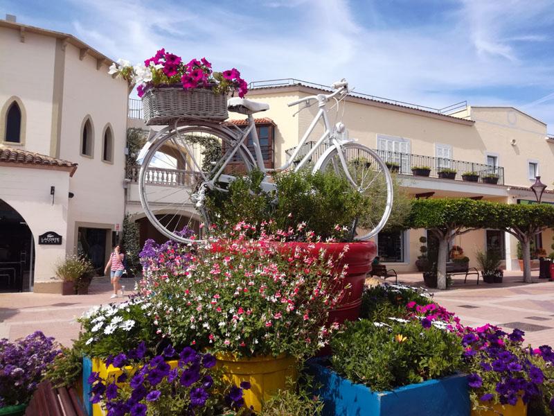 Bici e fiori in un centro commerciale a Maiorca