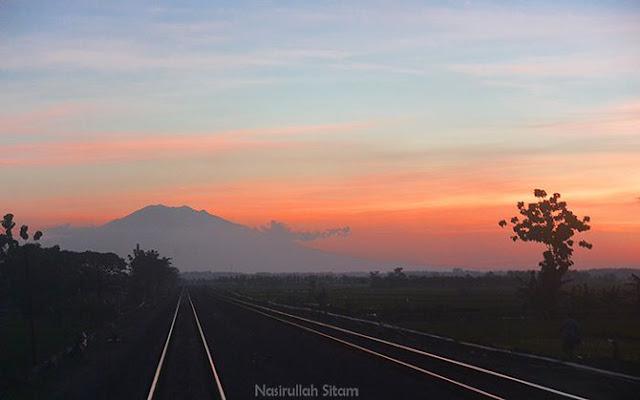 Senja terabadikan dari kaca jendela kereta api