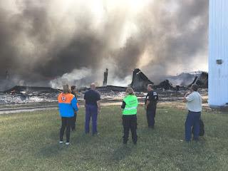 Analizan las causas del incendio y personal municipal informa a los vecinos de la zona
