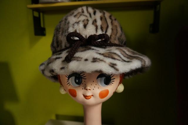 un chapeau en fausse fourrure leopard des années 70 70s faux fur har