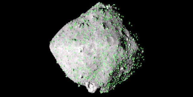 The green spots are where rocks are scattered on the surface of asteroid Ryugu in an image captured by the Hayabusa 2 space probe. (Provided by the Japan Aerospace Exploration Agency and other entities)