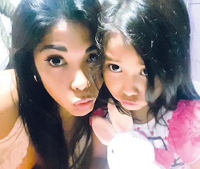 Selfie de Karen Dejo con su niña Mia