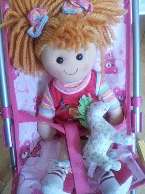 Stoffpuppe im Puppenwagen
