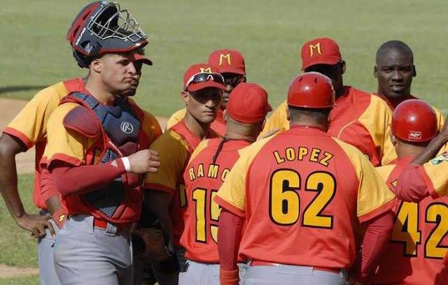 Matanzas estuvo a segundos de que se le confiscara el juego, por otra violación al reglamento de su mentor. Foto: Ramón Barrera