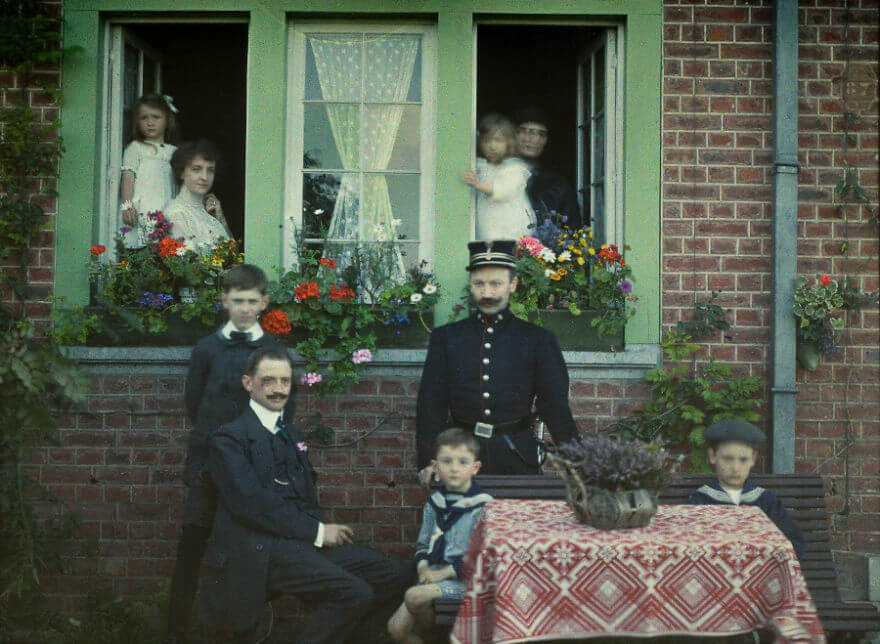 40 Old Color Pictures Show Our World A Century Ago - Family Portrait At Roannay, Belgium, 1913