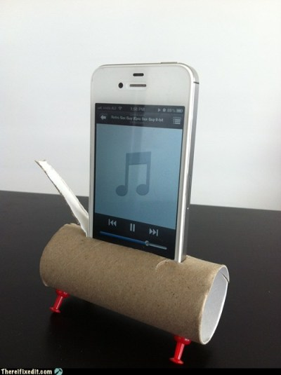 Manfaatkan kertas bekas tissue roll jadi dudukan handphone